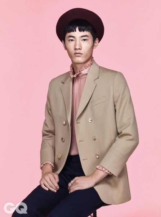 더블 재킷 2백76만원, 실크 블라우스 가격 미정, 네이비 팬츠 1백4만원, 자주색 베레 37만원, 실버링32만원, 모두 구찌.