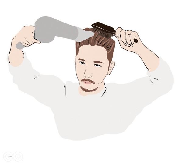 01 머리를 바싹 말리지 말고 반쯤 말린다. 브러시로 앞머리부터 넘기며 머리 방향이 자연스럽게 넘어가는 쪽으로 드라이어를 사용해 말린다.