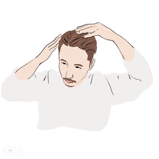 04 양손가락 끝으로 포마드를 비벼 앞머리 뿌리 부분부터 바른 후 남은 포마드는 손바닥 전체를 사용해 나머지 머리에 고루 바른다.