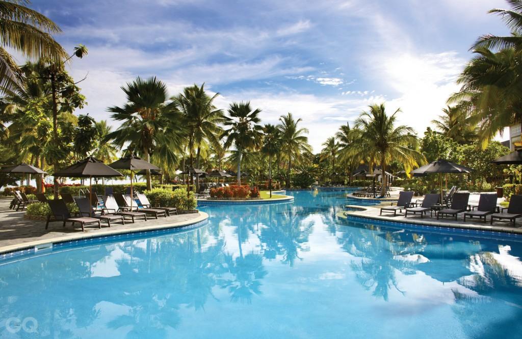 소피텔 피지 리조트 앤 스파 | 남태평양 최대 규모의 수영장을 갖추고 있고, 약 10만 평의 이국적인 정원이 조성되어 있다. 피지의 리조트 가운데 가장 낭만적인 야경을 과시하는데, 푸른 조명이 비추는 수영장 바로 옆에 위치한 라군 테라스의 다이닝이 각광받고 있다. 프랑스 스타일과 피지언 스타일의 조화를 꾀한 시설이 인상적이다.