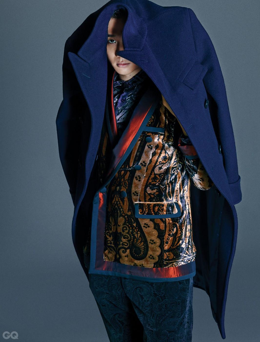 코트 POLO RALPH LAUREN, 이브닝 재킷, 셔츠, 팬츠 ETRO.