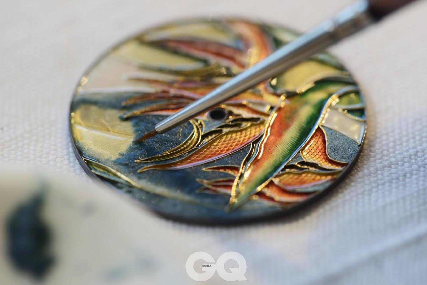 가느다란 골드 와이어로 칸막이를 용접해 만든 뒤, 틀 안에 에나멜 안료를 넣는 클로아조네 기법.