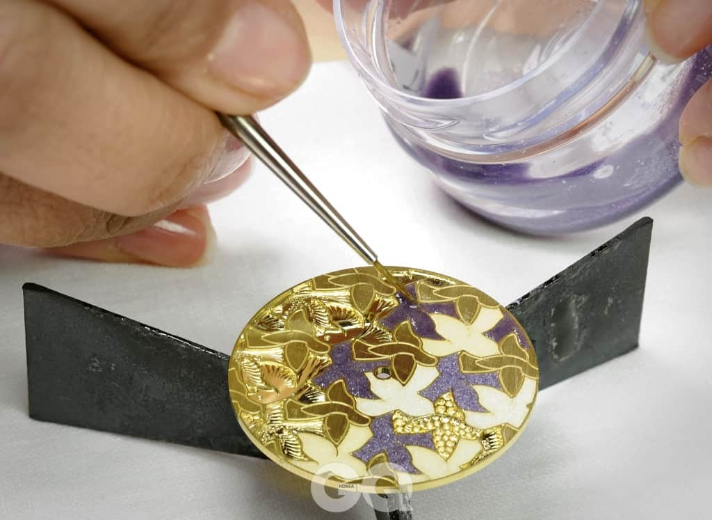 금속 표면을 조각하며 윤곽선을 남긴 뒤, 그 안에 에나멜을 채워 구워내는 샹르베 기법.