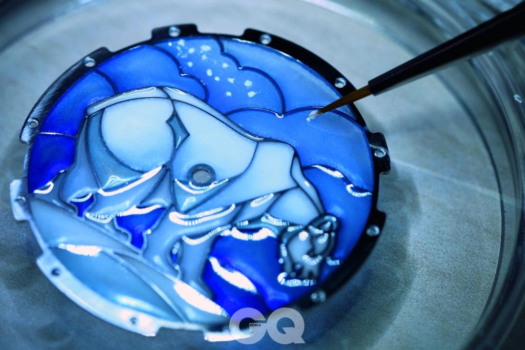 '플리크 에나멜'이라는 반투명 소재를 스켈레톤 틀 안에 채워 굽는 플리크아주르 기법.