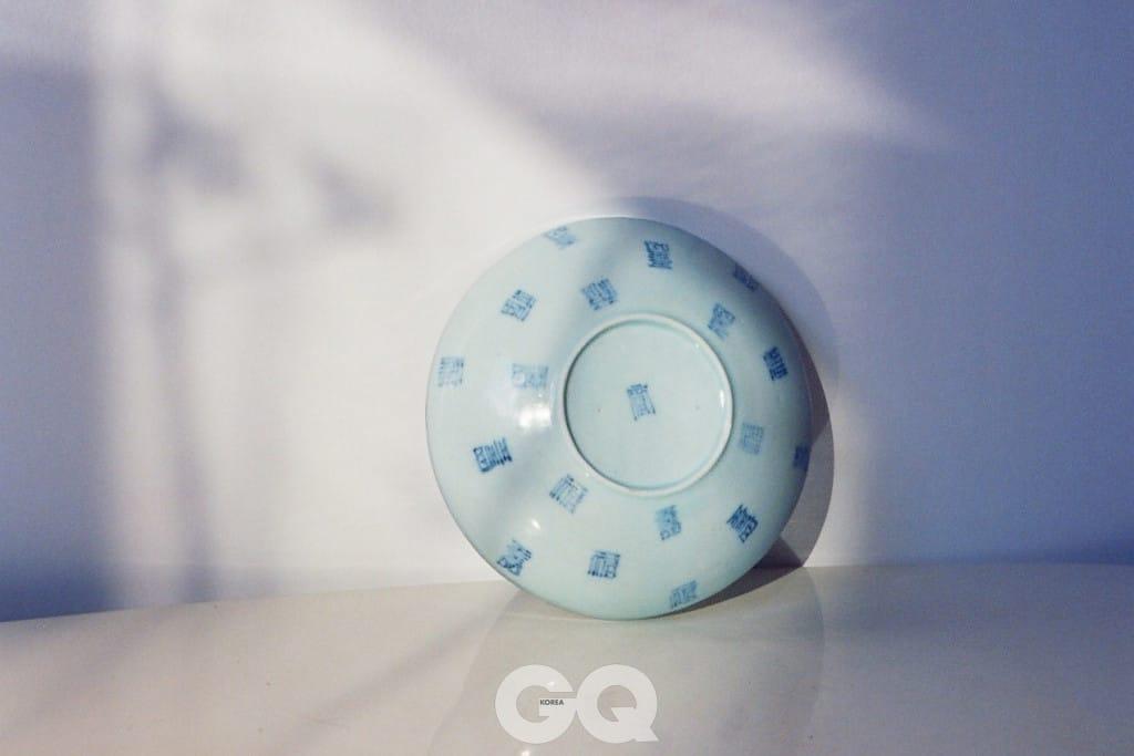 푸른 글씨가 있는 백자 합(뚜껑), 35만원, 대영.