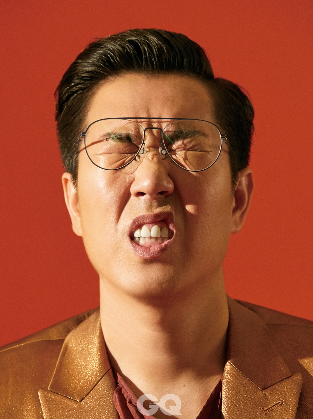 러플이 달린 셔츠와 반짝이는 재킷은 모두 김서룡.