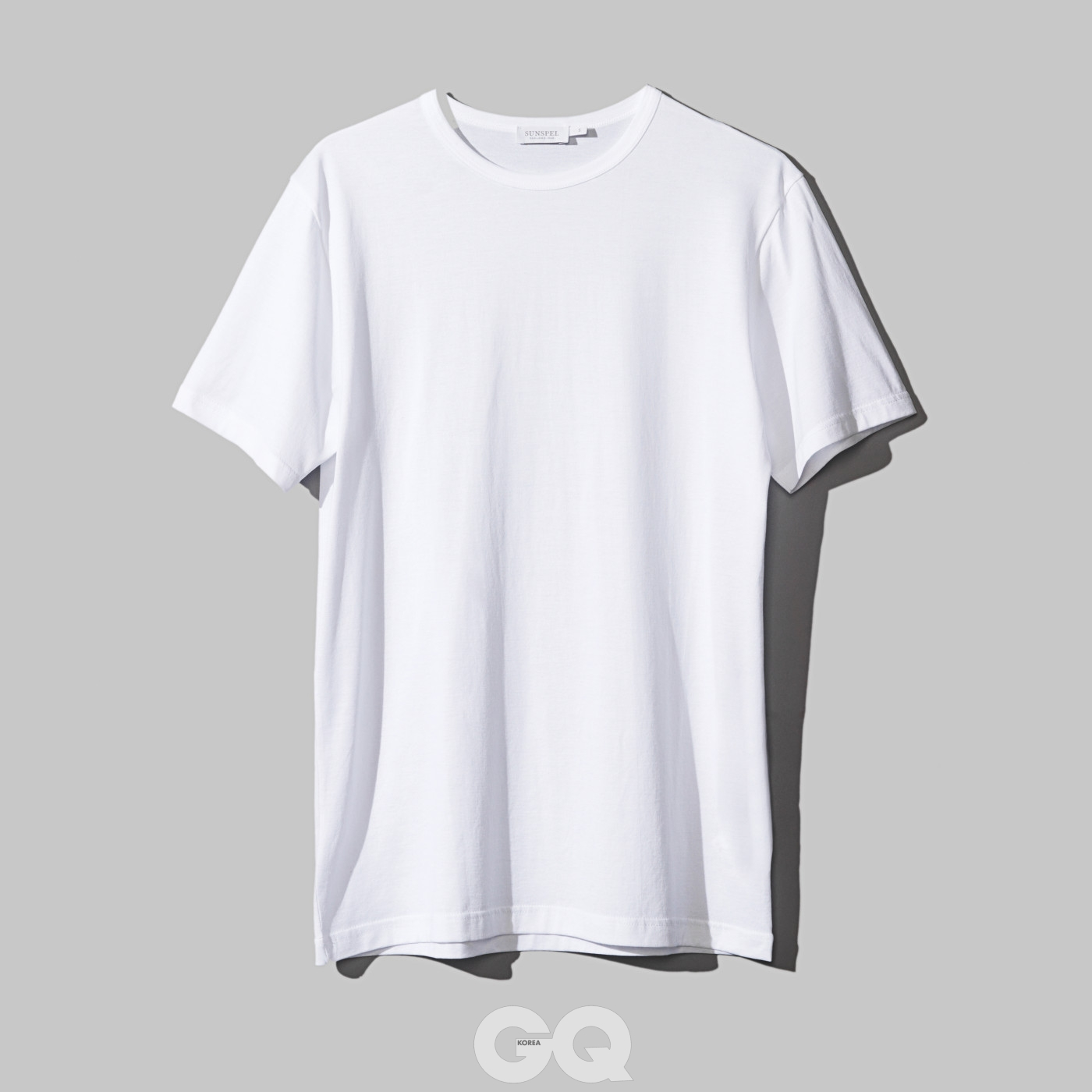 흰색 티셔츠 12만8천원, 선스펠 by 라움.