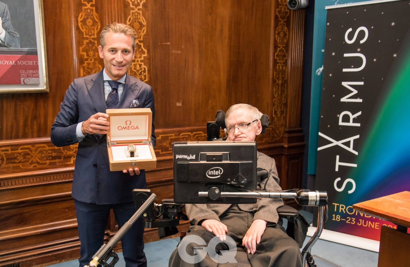 """스티븐 호킹 교수는 """"수상자들에게 오메가의 시계를 제공할 수 있게 된 것을 기쁘게 생각한다""""라는 소감을 밝혔다."""
