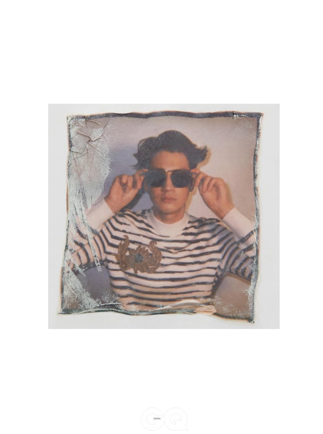 줄무늬 몽크넥 가격 미정, 알렌산더 맥퀸 by 분더샵. 상탈 선글라스 가격 미정, 루이 비통.