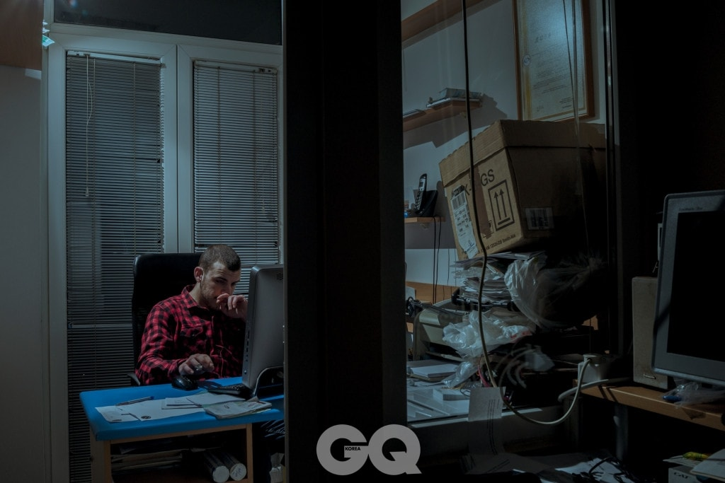 """보리스는 사이트를 근면하게 키웠다. """"밤이면 다음 날 공유할 기사 너댓 편을 만들어 두었다가 아침에 일어나서 공유했어요. 커피를 마시러 나갔다가 집에 돌아와서는 웹사이트에 올리고 공유했죠."""""""