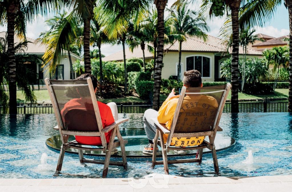 맷의 부모님 집 밖에 앉은 맷과 크리스.