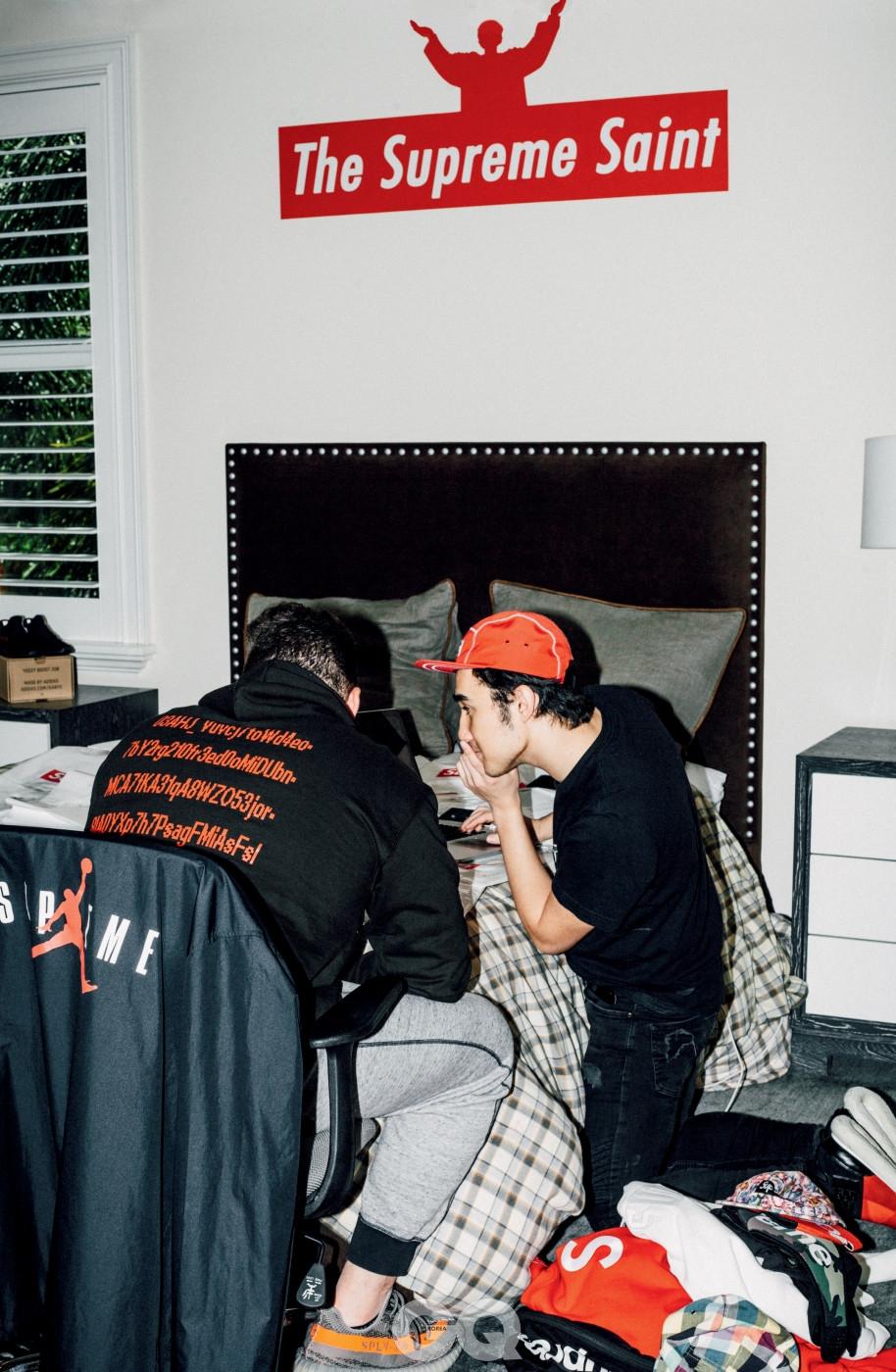 신상품 발매 전에 맷의 침실에 있는 두 사람.