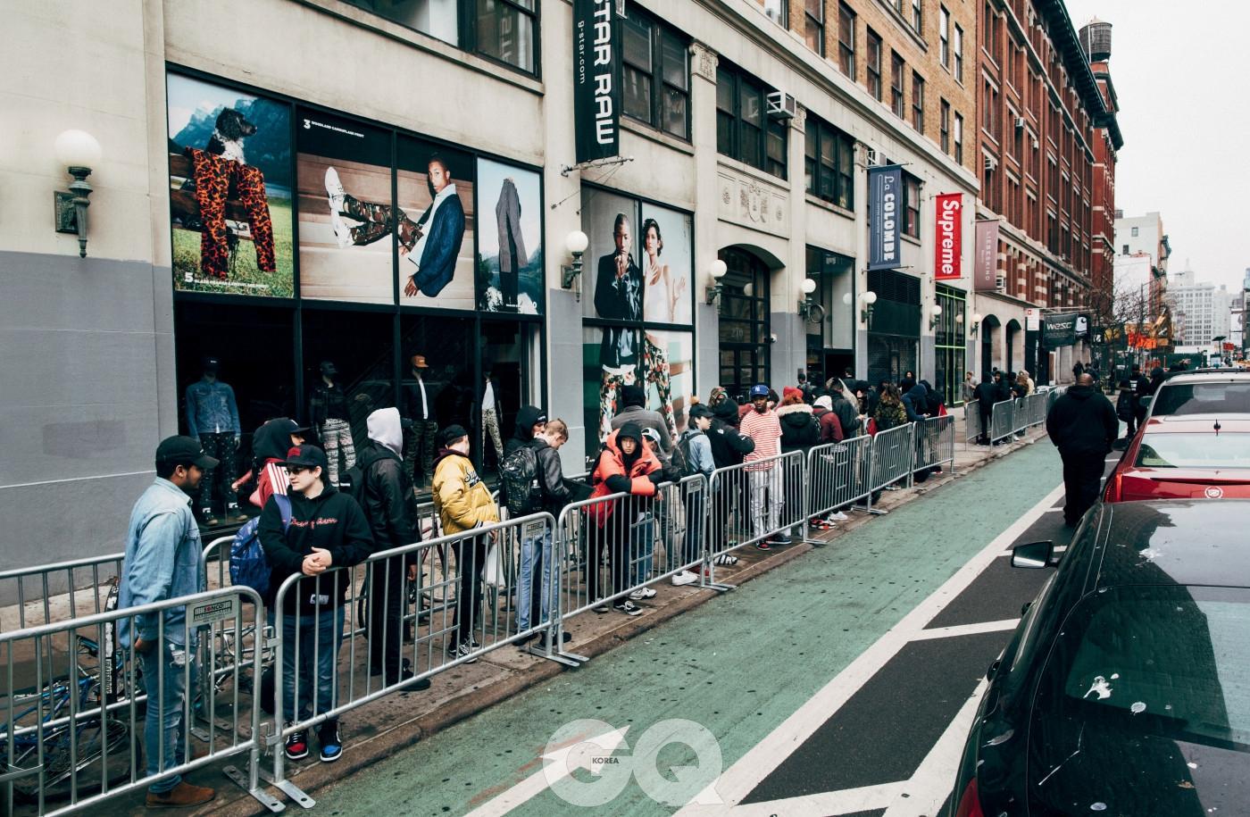 뉴욕 라파예트 가에서 슈프림 신제품을 기다리며 줄 선 사람들. 2017년 2월.