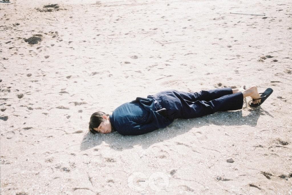 네이비 재킷, 팬츠 가격 미정, 모두 에르메네질도 제냐. 셔츠 가격 미정, 살바토레 페라가모. 블랙 통 19만8천원, 김서룡 옴므 by 세라.