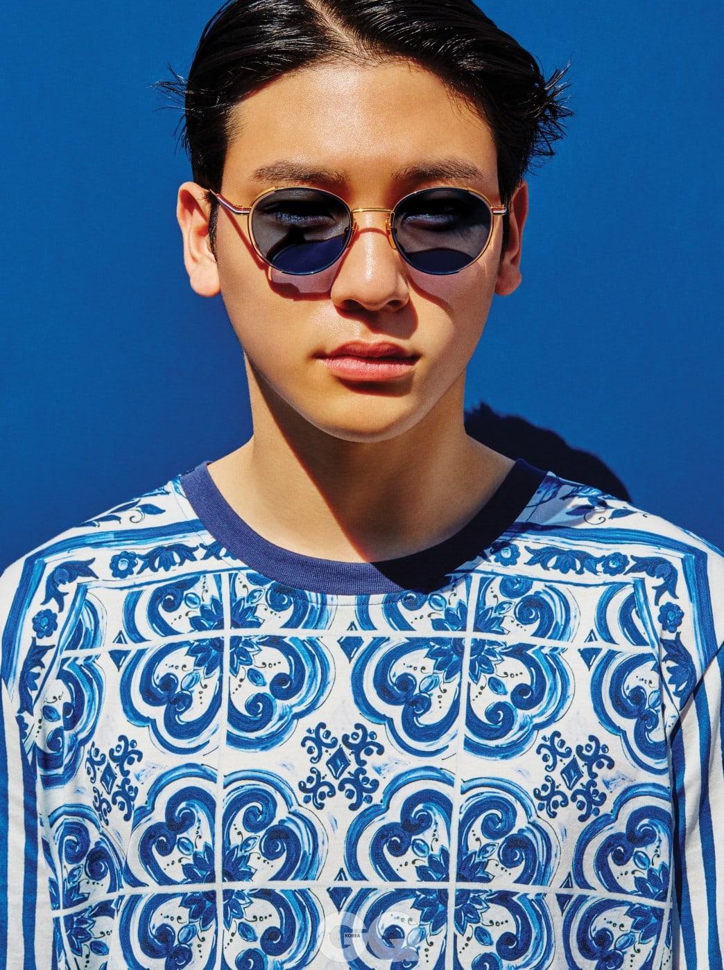 타일 무늬 티셔츠 57만원, 돌체&가바나. 선글라스 90만원대, 톰 브라운 by 나스 월드.
