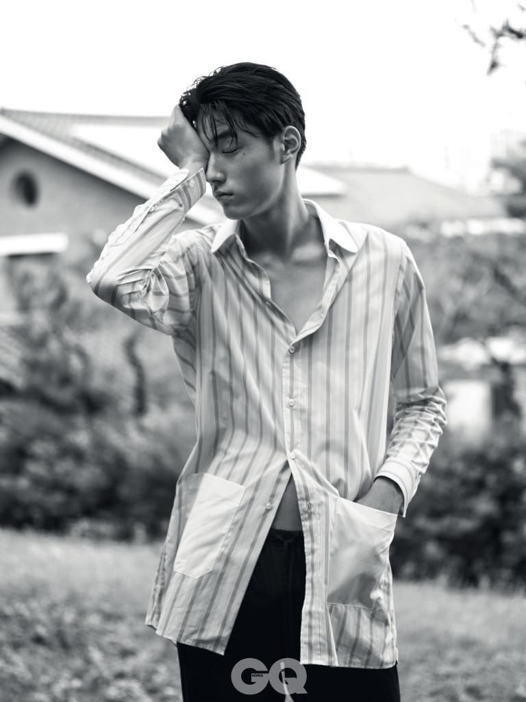 줄무늬 셔츠 가격 미정, 구찌. 남색 파자마 가격 미정, 라 펠라.