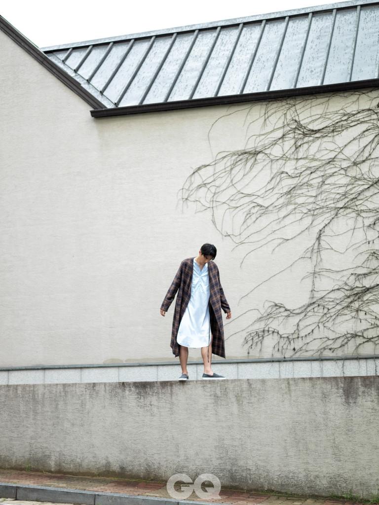 체크 로브 가격 미정, 노앙. 줄무늬 롱 셔츠 가격 미정, 자라 홈. 회색 슬립온 가격 미정, 브룩스 브라더스 레드 플리스.
