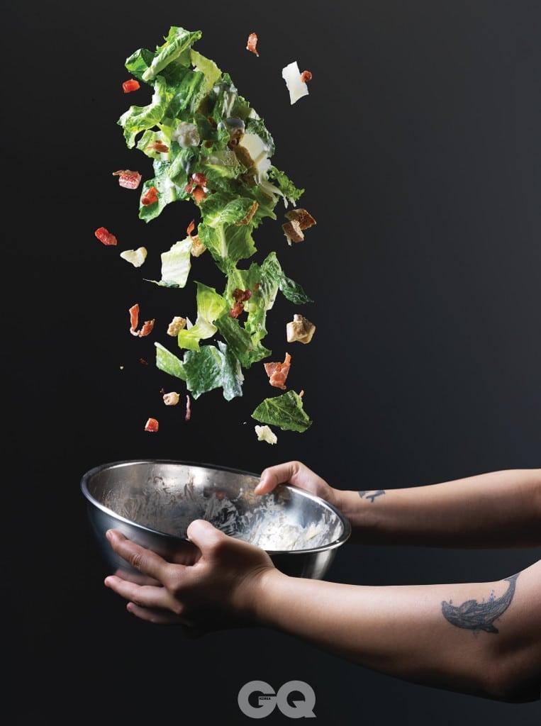 큰 볼에 두 손을 넣고 아래에서 부터 위로 뒤집어 엎듯이 샐러드를 버무려야 한다. 그래야 드레싱이 채소를 한 잎 한 잎 놓치지 않고 코팅할 수 있다.