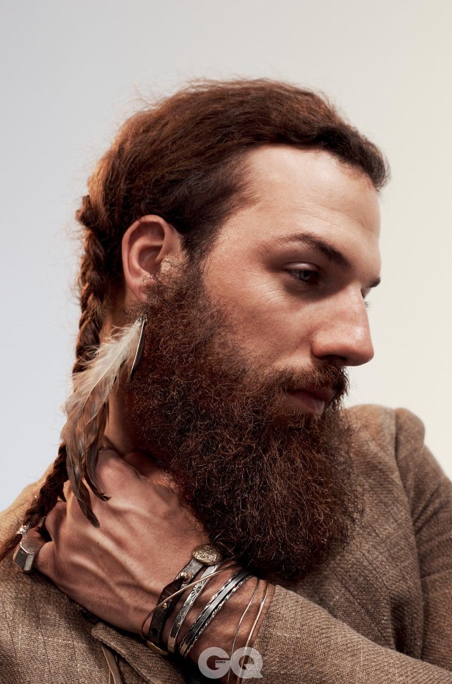 필 설리반 모델, 뉴욕 홈리스 아웃리치 프로젝트 창립자 재킷 $1,398, 존 바바토스. 액세서리는 모델의 것.