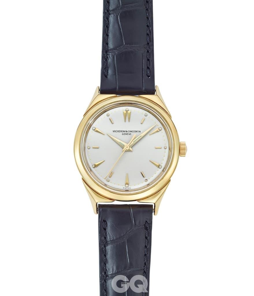 1957년 발표한 18K 옐로 골드 드레스 워치. 러그는 바쉐론 콘스탄틴을 상징하는 말테 크로스에서 영감받아 디자인한 것인데, 이 디자인은 브랜드의 200주년을 맞이한 1955년부터 선보인 것이다.