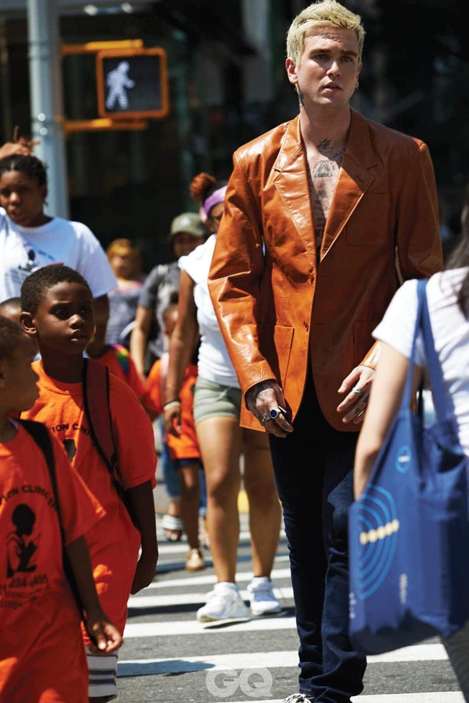 카프 스킨 레더 재킷 가격 미정, 데님 팬츠 가격 미정, 모두 발렌시아가.