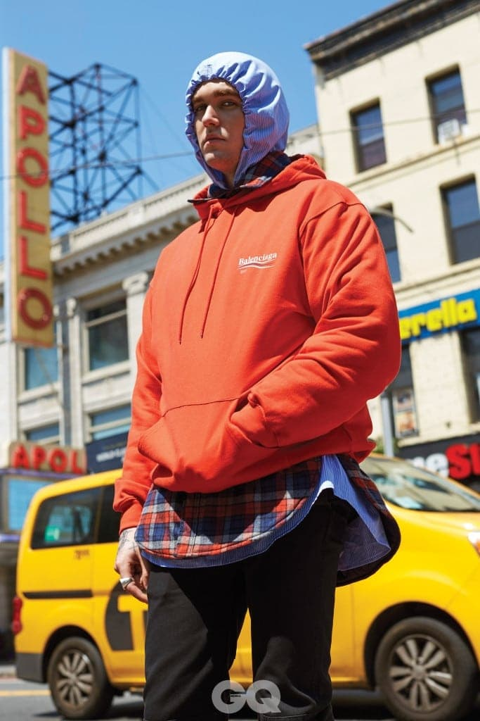 오버사이즈 후디 70만원대, 후드 줄무늬 셔츠 50만원대, 패딩 체크 셔츠 1백40만원대, 모두 발렌시아가.