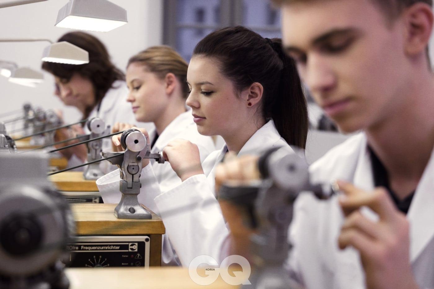 수업에 열중하는 '알프레드 헬위그'의 학생들.