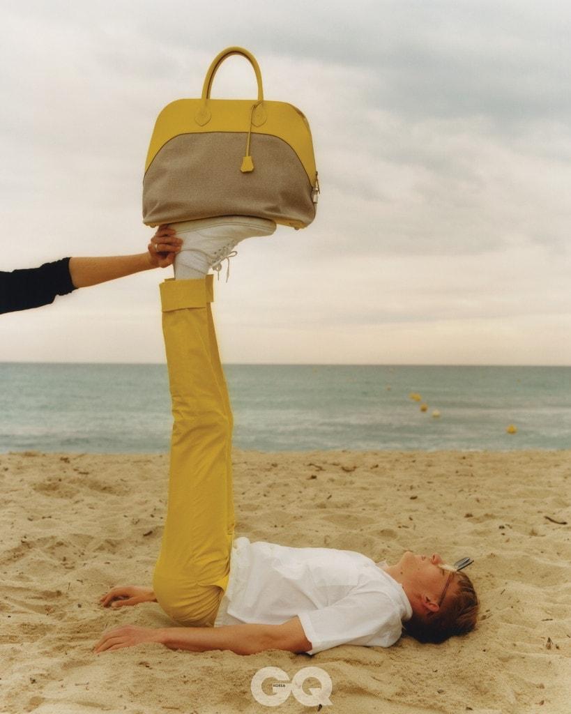 화이트 셔츠 €465, 스텔라 맥카트니. 겨자색 팬츠 €540, 캔버스 백 €4150, 모두 에르메스.