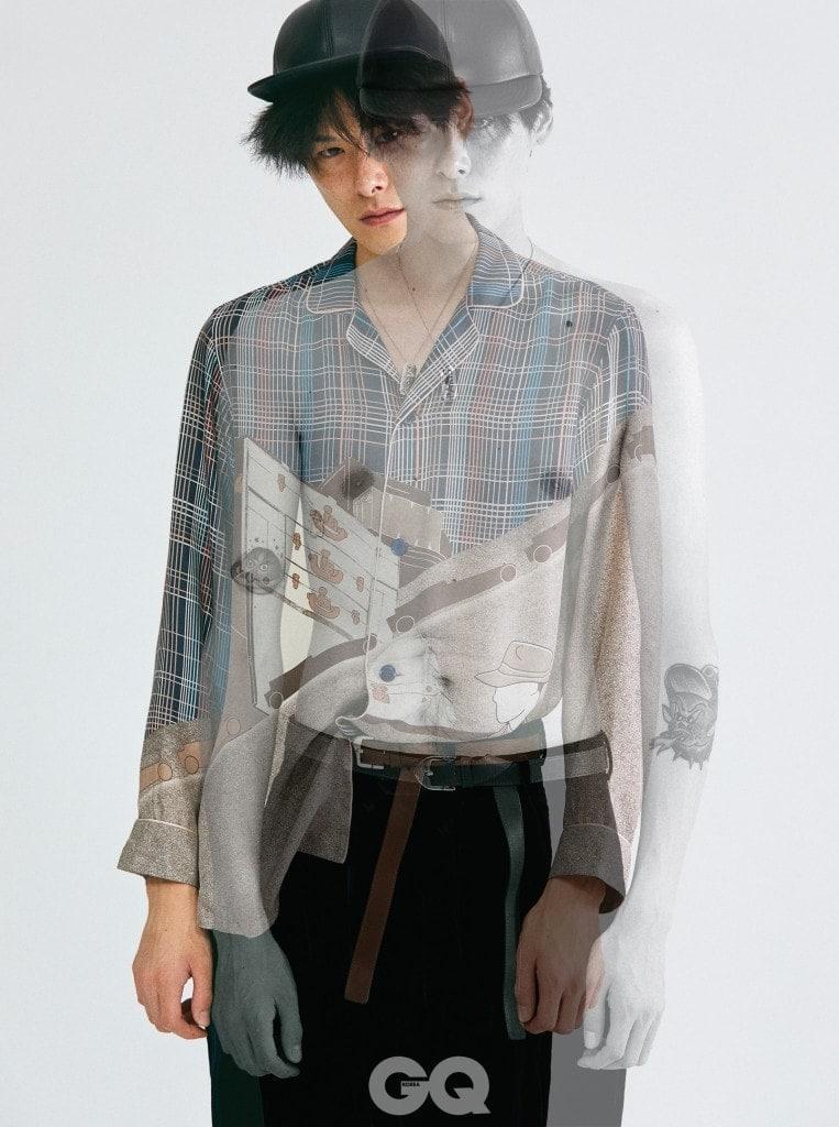 실크 파자마 셔츠, 벨벳 팬츠, 벨트, 면도칼 모티브 목걸이, 가죽 캡, 모두 루이 비통.