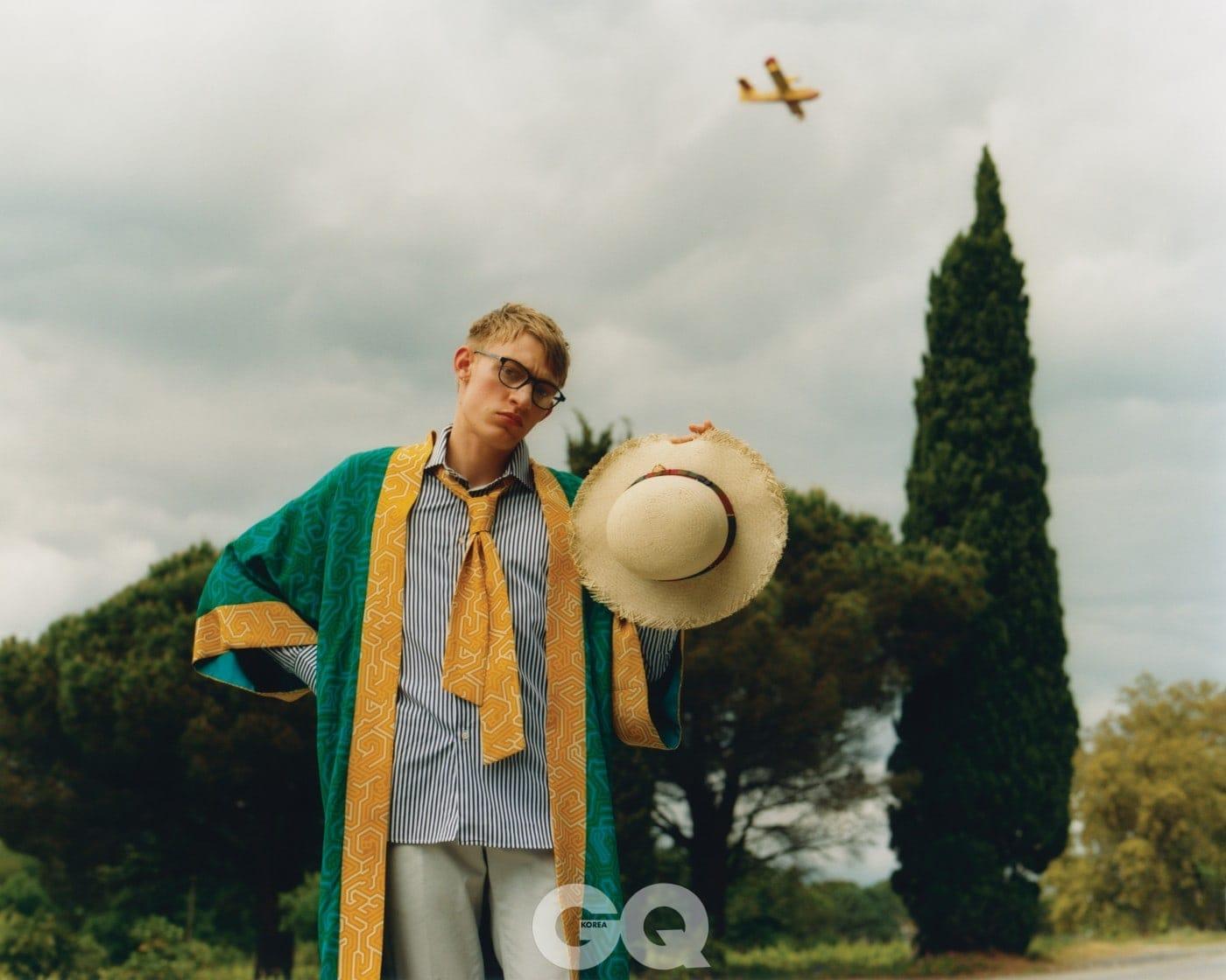 기모노 코트 €2295, 발리. 줄무늬 셔츠 €135, 알랭 피가렛. 코트 팬츠 €125, 발리바리스. 뿔테 안경 €220, 해켓 비스포크. 밀짚 모자 €400, 구찌.