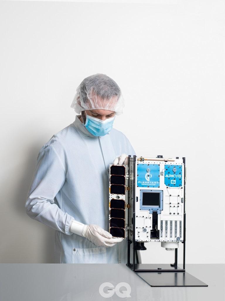 플래니터리 리소시즈의 선임 기계 공학자 션 해거트가 아키드-6호의 초분광 이미지 처리 센서의 배치 장치를 다루고 있다.