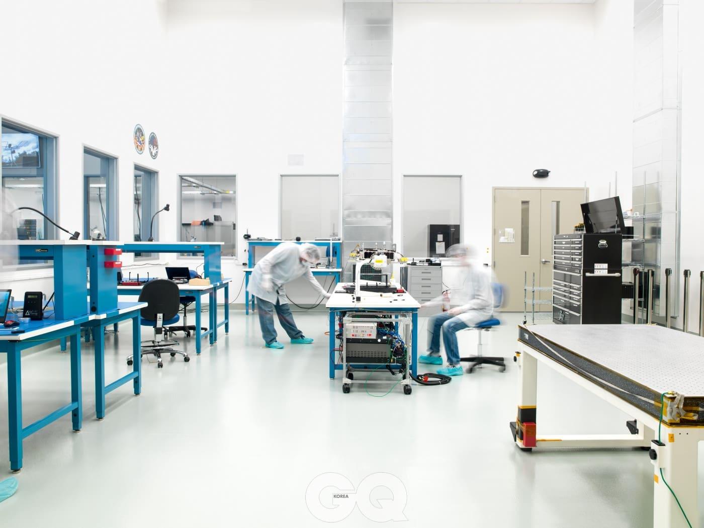 수석 기계 공학자인 피트 일슬리와 우주선 기계 공학자인 브렛 헤일이 플래니터리 리소시즈의 무균실 한 군데에서 아키드-6호 2기의 발사 전 점검 과정을 시행하고 있다.