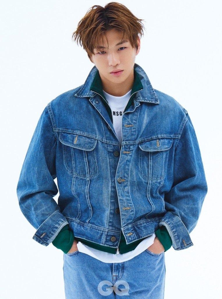 청 재킷은 빈티지 제품. 녹색 트랙 점퍼, 화이트 티셔츠, 연한 청바지, 모두 MSGM.