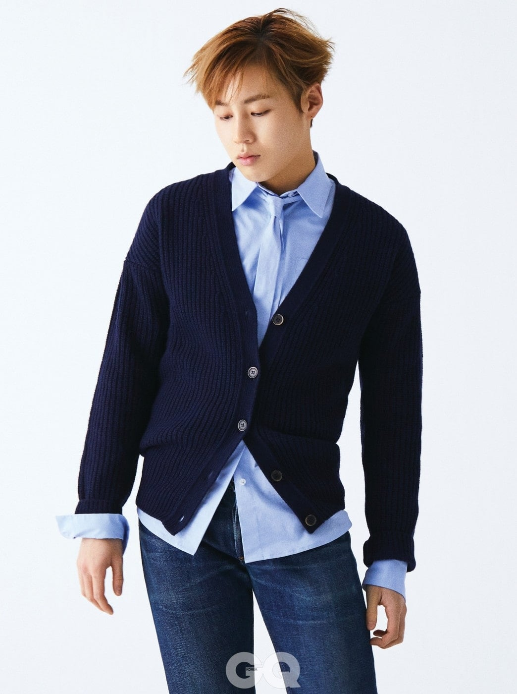 블루 타이 셔츠와 니트 카디건, 모두 MSGM. 진 팬츠는 빈티지 제품.