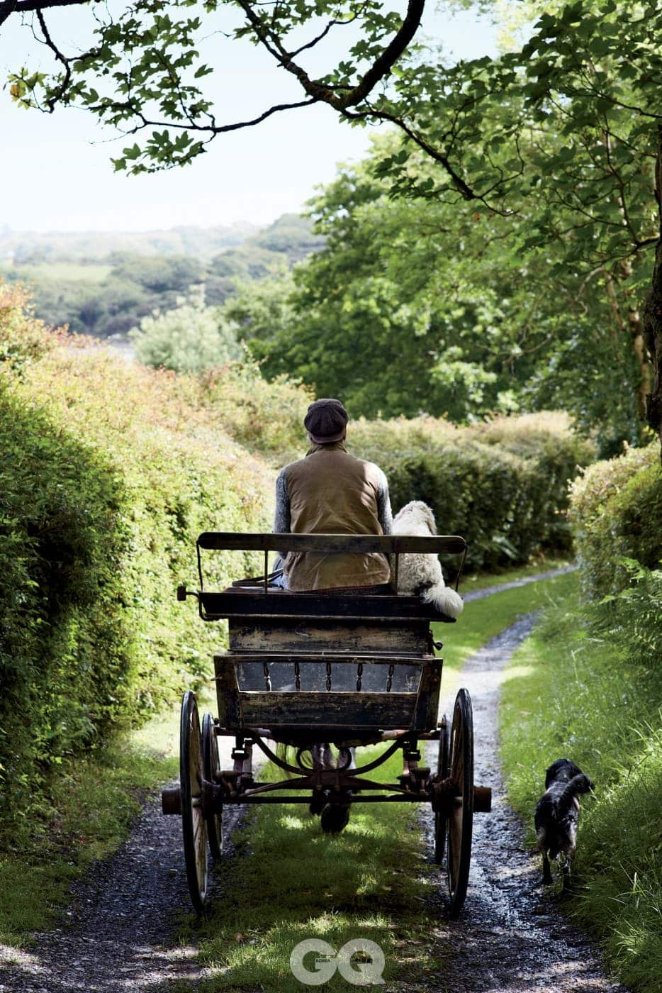 아이언스와 스머지가 마차를 타고 마구간으로 가고 있다.
