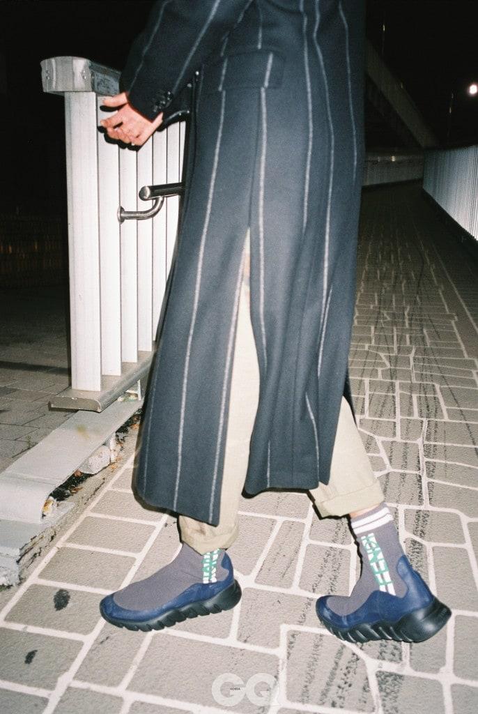 줄무늬 코트 1백89만원, 준지. 카무플라주 팬츠 가격 미정, 폴로 랄프 로렌. 앵클부츠 가격 미정, 펜디.