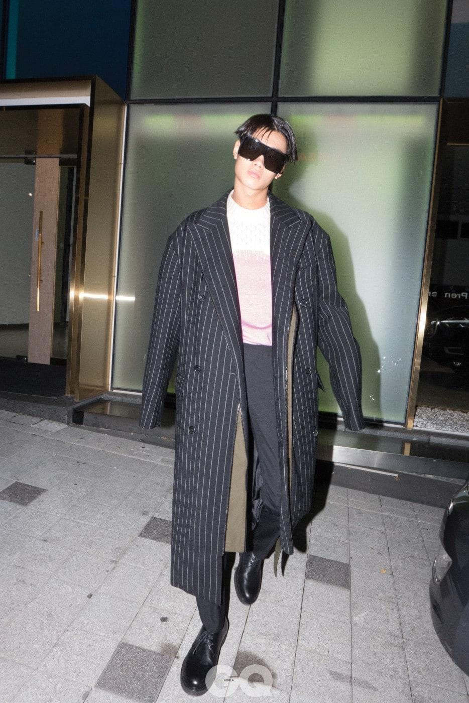 줄무늬 코트 1백99만원, 준지. 핑크색 니트 가격 미정, 사카이. 블랙 팬츠와 선글라스, 더비 가격 미정, 모두 생 로랑 by 안토니 바카렐로.