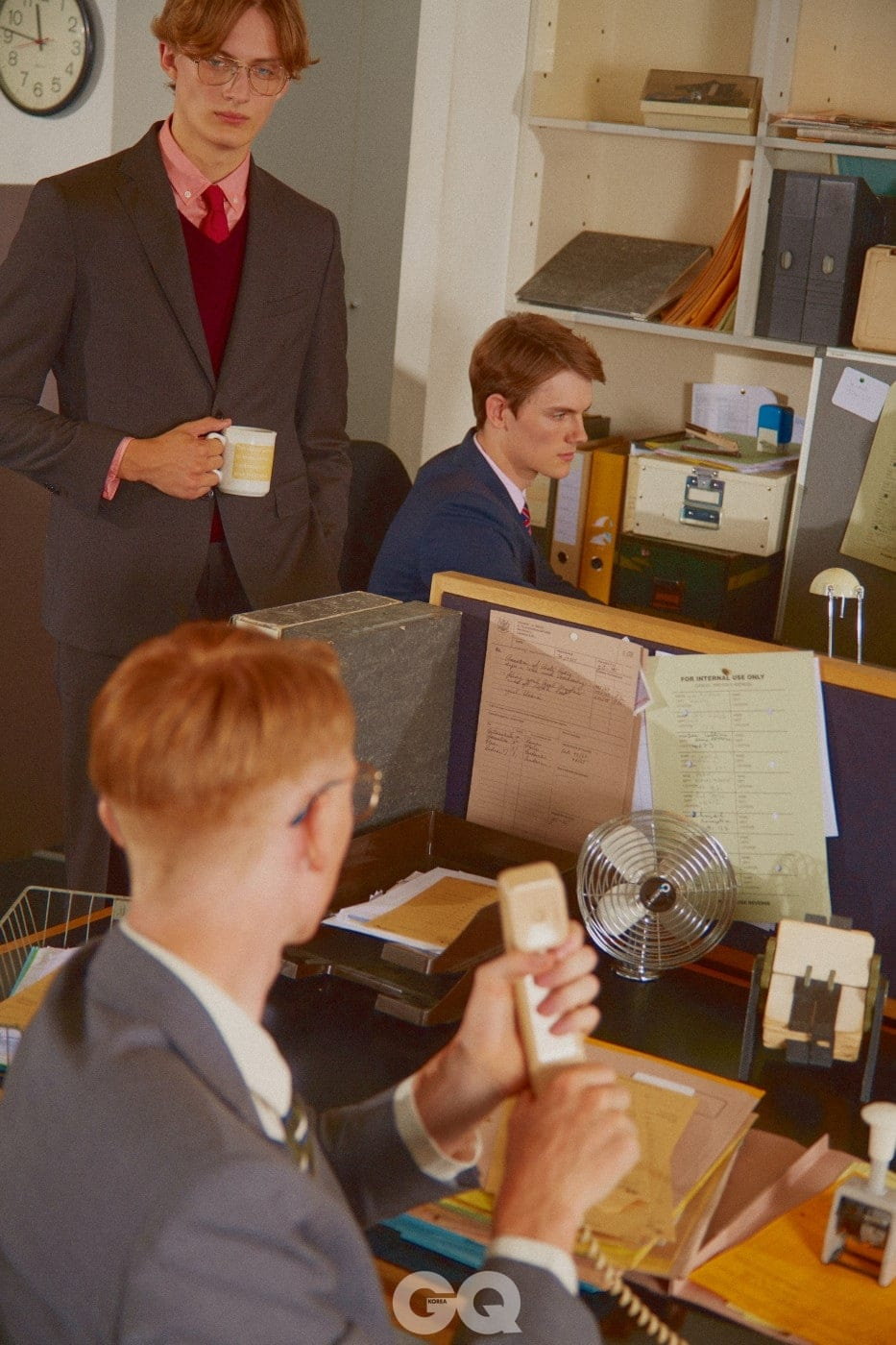Left 왼쪽 위부터 | 브랑누 수트, 핑크색 니트와 셔츠, 레드 타이, 모두 마시모 두띠. 금테 안경, 올리버 피플스 × 더 로우. 남색 수트, 마시모 두띠. 핑크 셔츠, H&M. 줄무늬 타이, 브룩스 브라더스. 회색 수트, 마시모 두띠. 화이트 셔츠, H&M. 줄무늬 타이, 닥스. 금테 안경, 프라다 at 데이비드 클루로우.