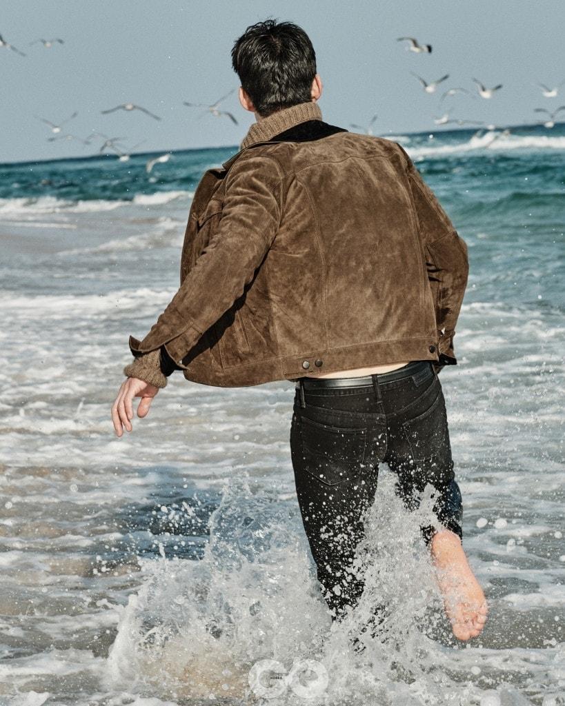 스웨이드 재킷 5백25만원, 터틀넥 2백71만원, 모두 벨루티. 데님 팬츠 19만원대, 폴로 랄프 로렌.
