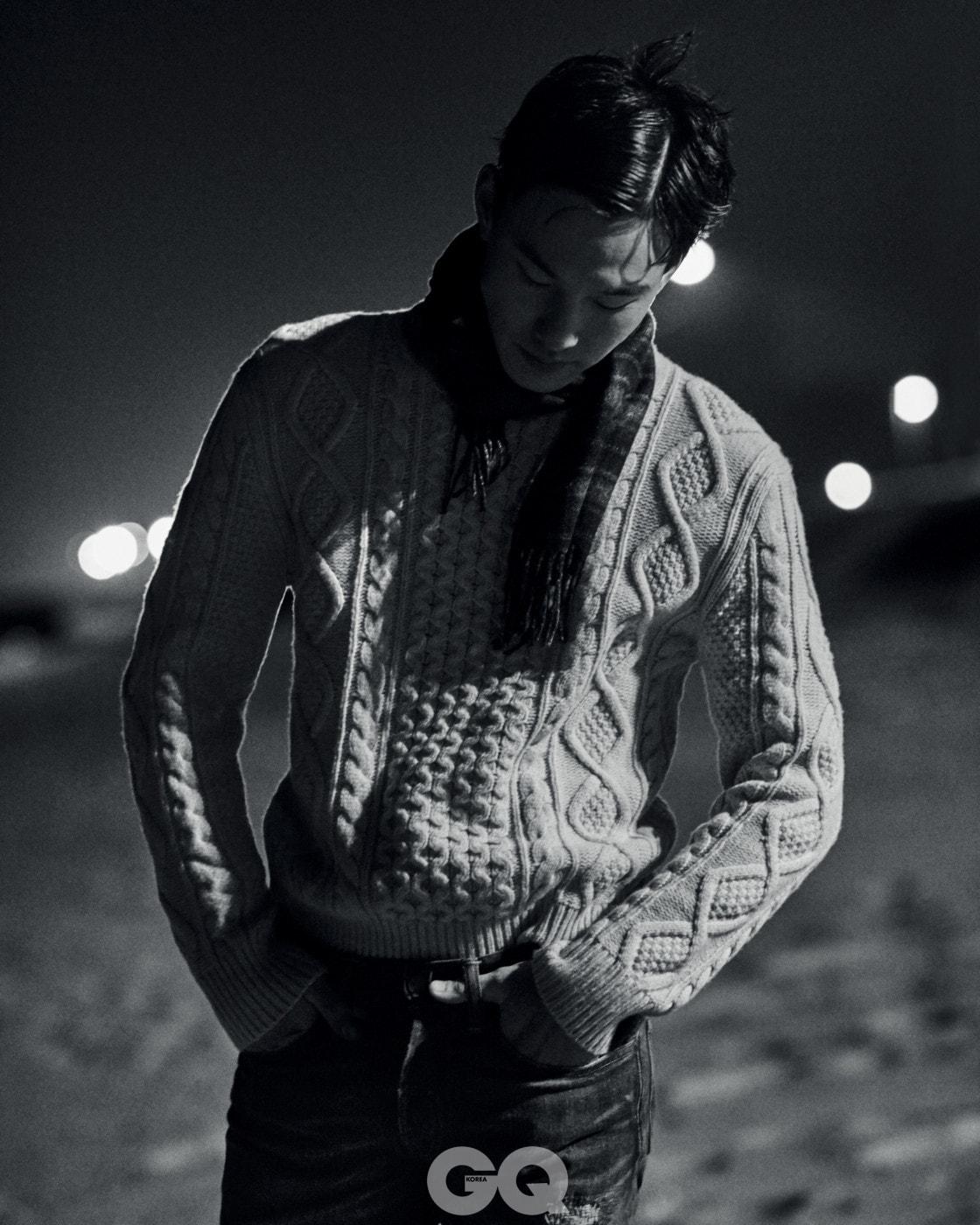 스웨터 30만원대, 데님 팬츠 19만원대, 모두 폴로 랄프 로렌. 스카프 78만원, 브리오니.