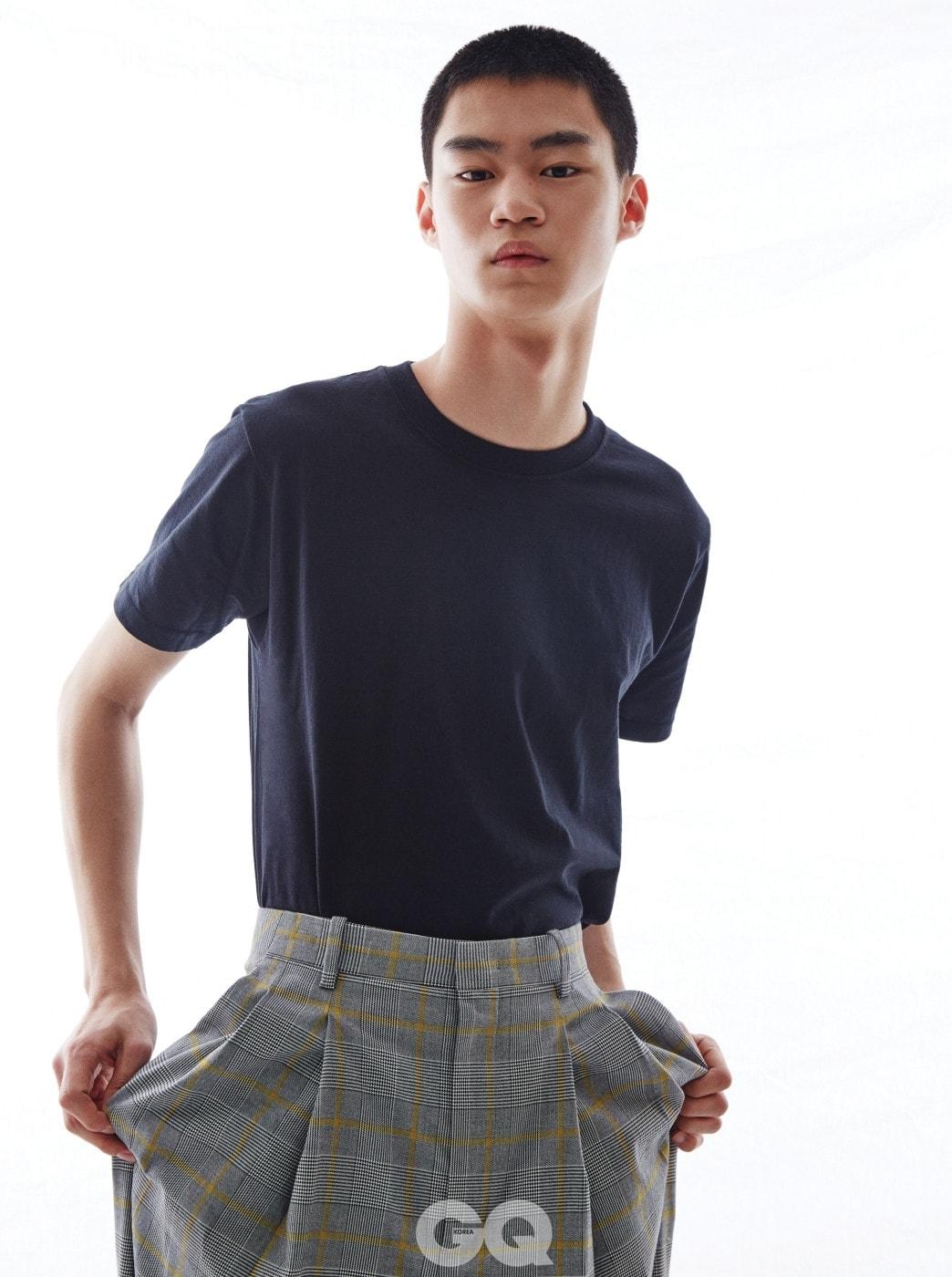 블랙 티셔츠 가격 미정, 빌리어네어. 체크 와이드 팬츠 가격 미정, 우영미.