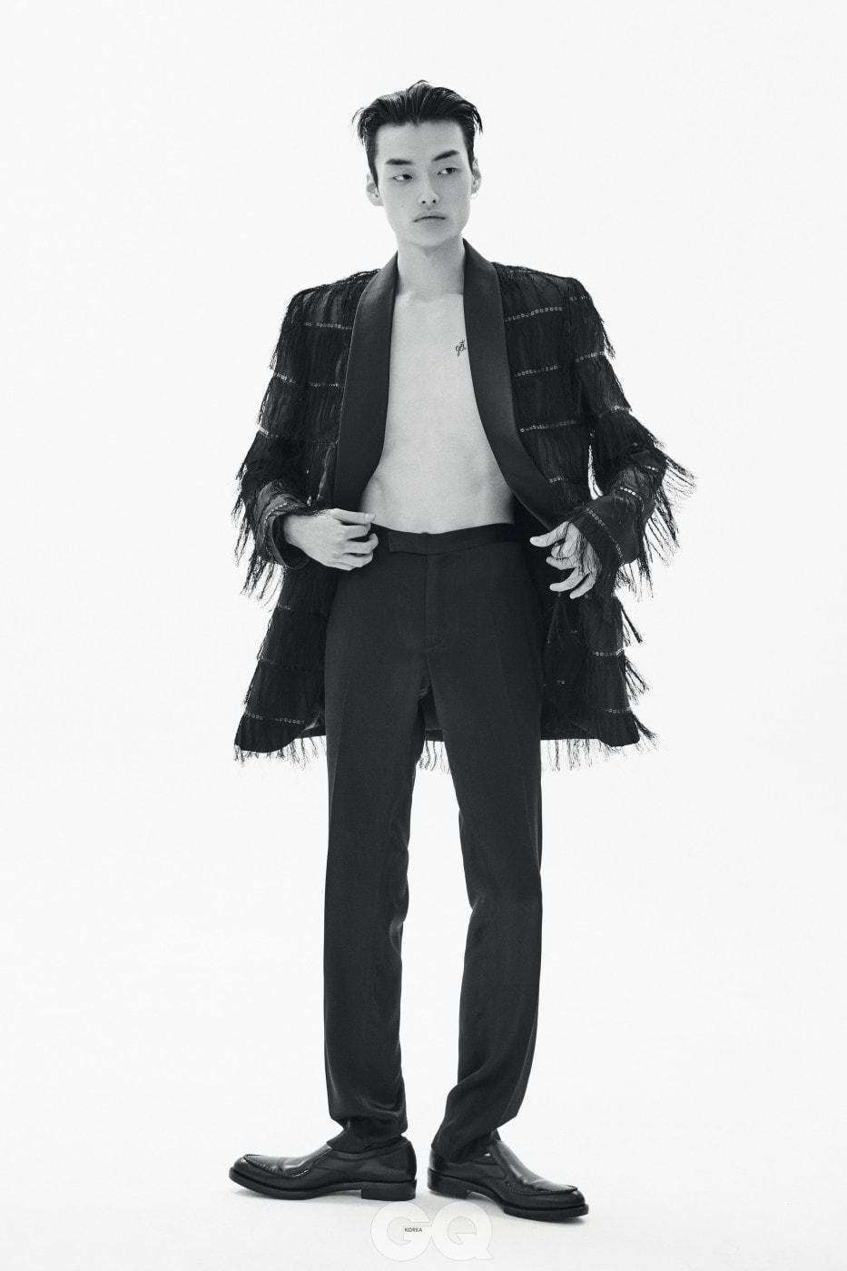 프린지 장식 턱시도 재킷, 블랙 팬츠 가격 미정, 모두 김서룡 옴므. 슬립온 가격 미정, 살바토레 페라가모.
