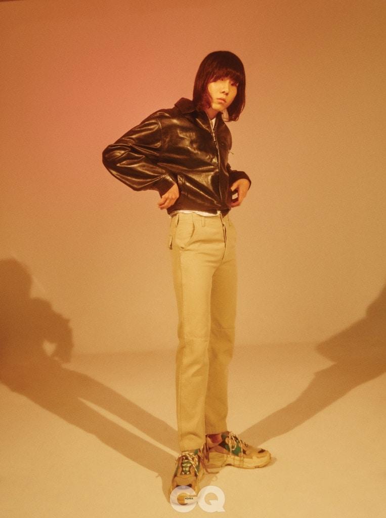 가죽 블루종과 화이트 셔츠, 모래색 팬츠와 운동화 가격 미정, 모두 발렌시아가.