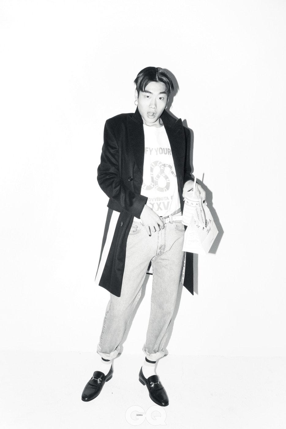 코트 6백10만원, 티셔츠 가격 미정, 데님 팬츠 93만원, 화이트 벨트 51만원, 로퍼 1백32만원, 양말 14만원, 모두 구찌.