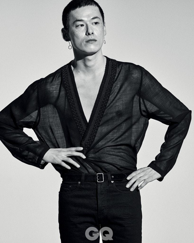 시스루 셔츠 1백93만원, 팬츠와 벨트 가격 미정, 모두 생 로랑 by 안토니 바카렐로. 귀고리 13만원, 토마스 사보.