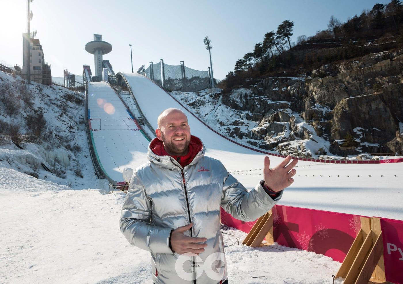 스키점프 경기장에서 타임키핑에 대해서 설명 중인 오메가 타이밍 CEO 알랭 조브리스트