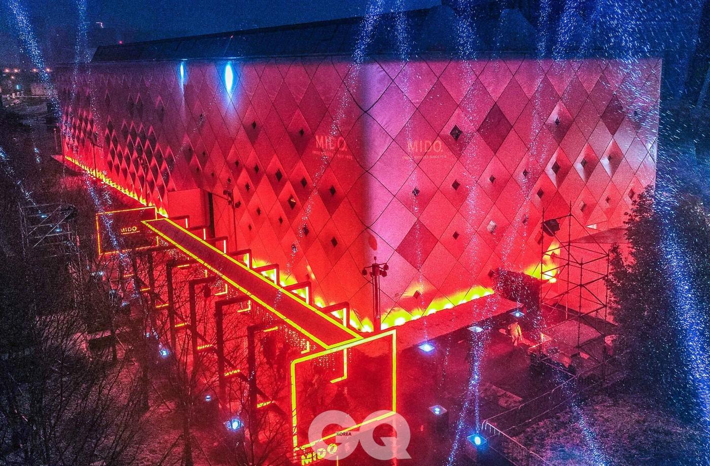 중국 상하이의 밤은 미도를 상징하는 주황색 불빛으로 물들었다.