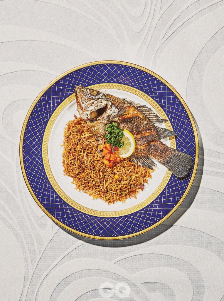 Benechin 토마토, 양파, 마늘과 소고기를 볶은 것에 찐 쌀을 넣어 고슬하게 익혀내고 노리아라고 부르는 아프리카 월계수 잎으로 향을 더한 요리다. 여기에 틸라피아 생선을 튀겨서 곁들였다.