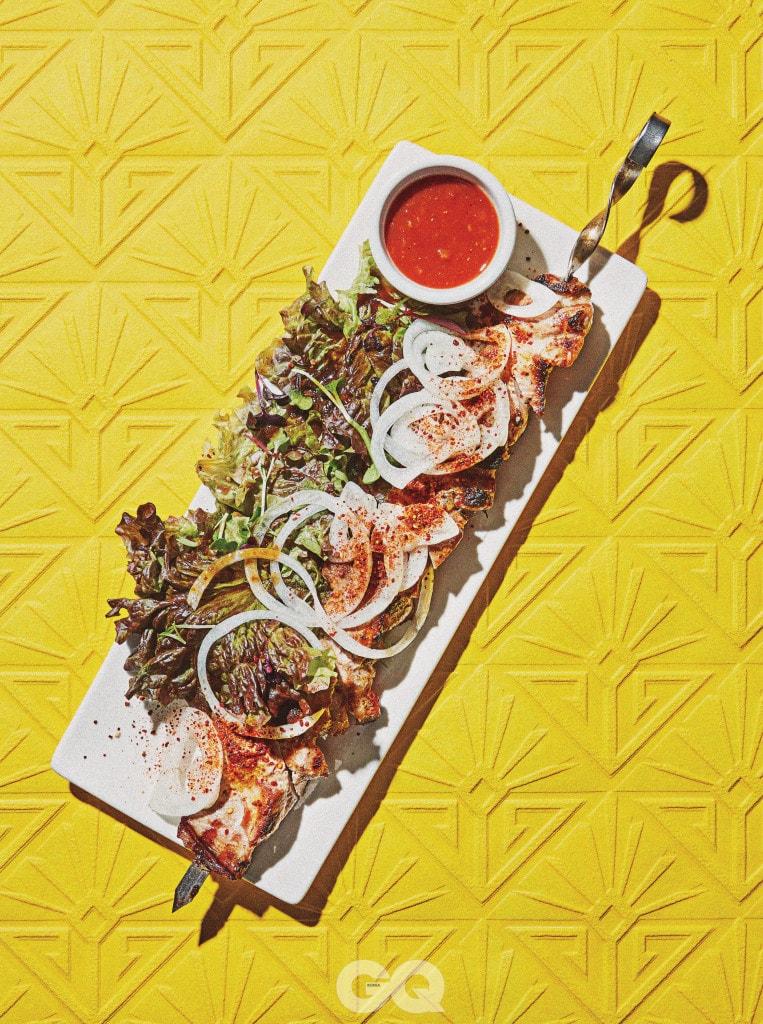 Shashlik 닭고기나 양고기 등을 숯불에서 구워내 매콤한 생양파 채를 곁들여 먹는 꼬치 요리.