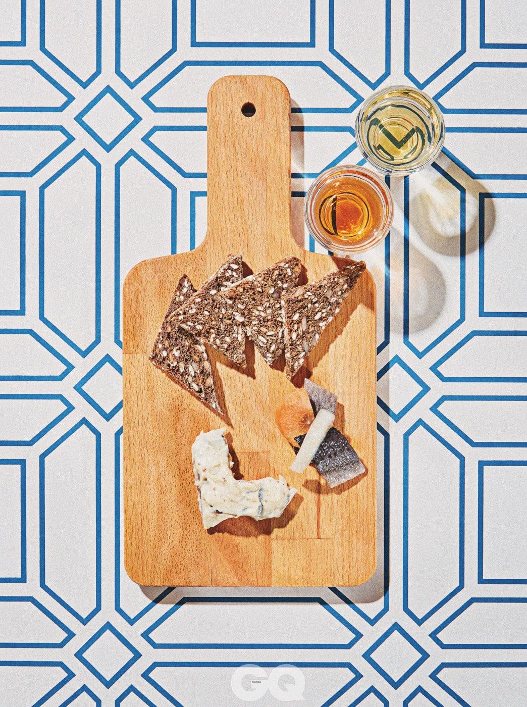위부터 시계 반대 방향 | Dark Bread 4가지 잡곡과 2가지 허브가 들어간 빵. Löksill 기본 수르스트뢰밍에 양파를 얹은 것. Senapssill 수르스트뢰밍에 통겨자를 넣어 버무린 것. 조금 더 부드러운 맛으로 쉽게 즐길 수 있다.
